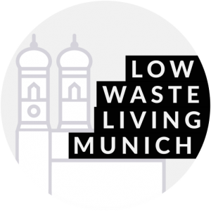 Logo (Schriftzug Lowwaste Living Munich, im Hintergrund Grafik der Frauenkirche)