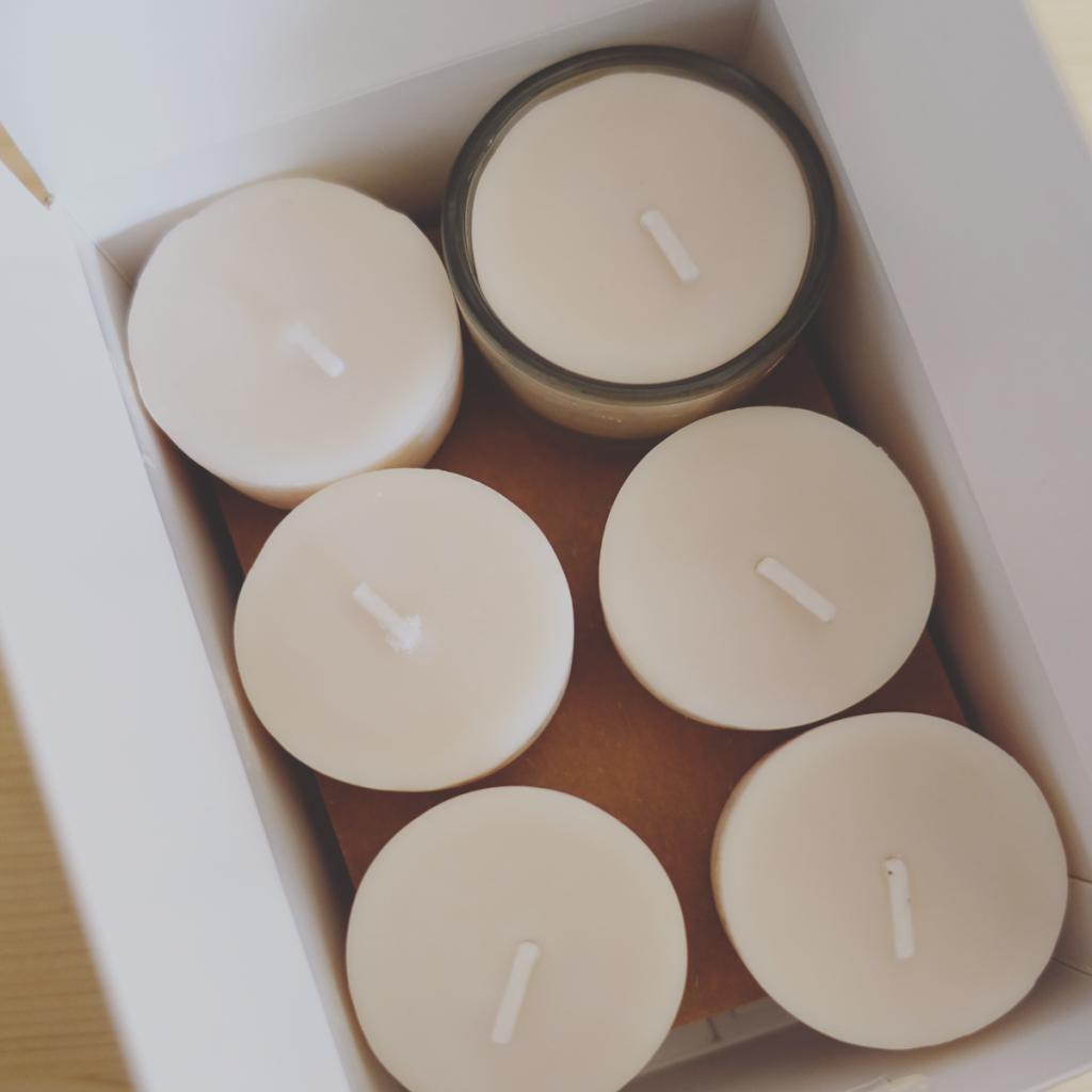 Plastikfrei verpackte Teelichter