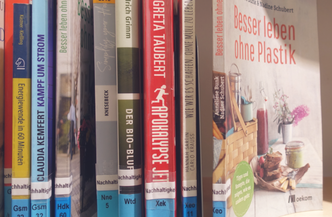 """Bild von Büchern in der Pasinger Stadtbibliothek, zB. über """"Zero Waste"""""""